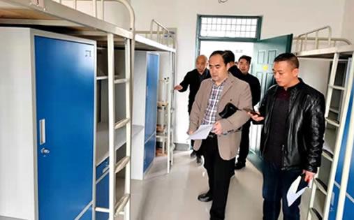 理事长马振红深入新生宿舍楼检查迎新准备工作