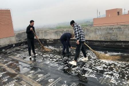 学生公寓对北区宿舍楼顶楼积水进行清理